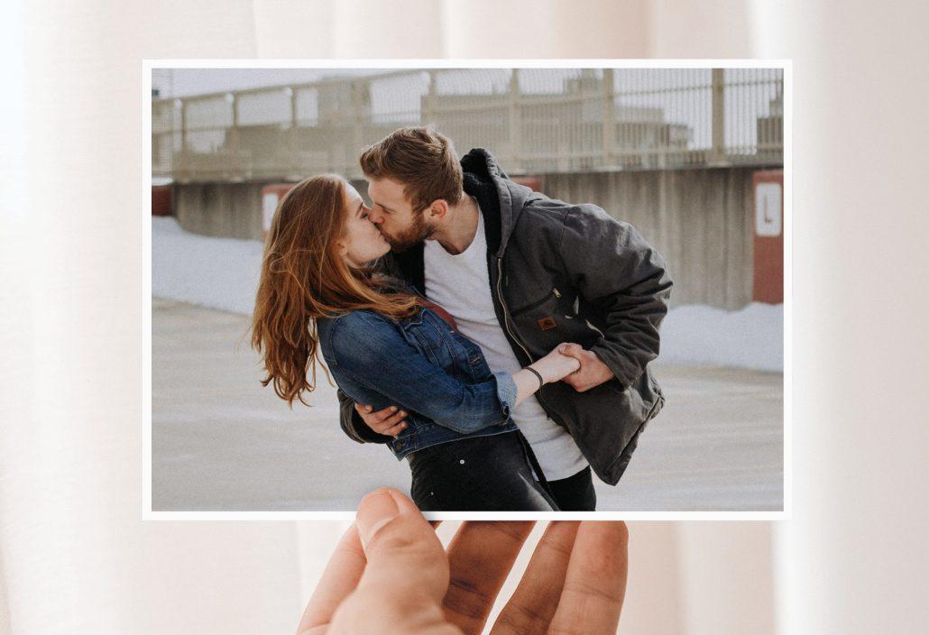 Hand hält Valentines Day Card mit Paar