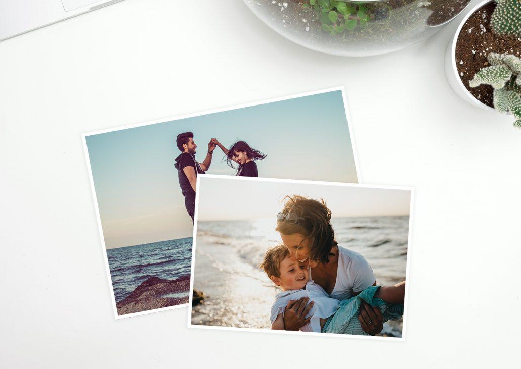 2 Postkarten mit Familienmotiven. Eine XL-Postkarte und eine Postkarte in normaler Größe